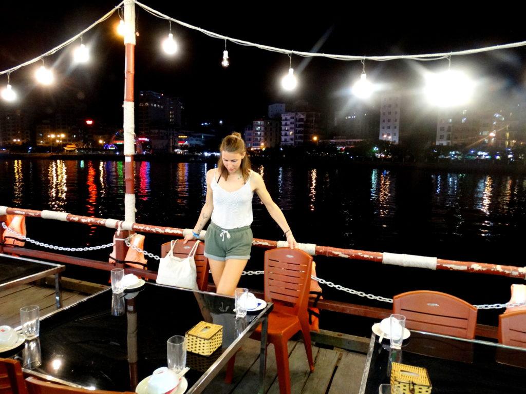 cat ba island restaurant flottant